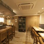 日本酒バー オール・ザット・ジャズ - カウンターとテーブル席