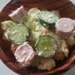 69742327 - 魚肉ソーセージのポテトサラダ。厚切りの魚ニソはポテトサラダにぴったり。