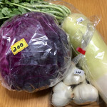 愛宕山公園 農産物直売所 - 料理写真:新鮮過ぎる(笑)「大根 ¥110」、実の詰まった「紫キャベツ ¥200」、大きな「にんにく ¥200」