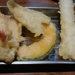 天ぷらの山 - 夢中で食べていて、あやうく写真とり忘れるところでした…