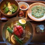 69747633 - トマトと夏野菜の冷麺セット 1,620円                       サラダとチヂミ付き。サラダには豆腐のカケラ(笑) 冷麺は盛り付けがテキトーな上にトマトがすごく食べにくく、麺も食感が良くない。スープの味は普通かな。