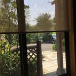 春家秋亭 - お座敷から外を眺める