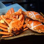 う越貞 - 左の越前蟹は「お公家さん風」の上品な甘み。右が泉州の子持ちワタリ蟹。卵は半熟に、身は濃厚な味。