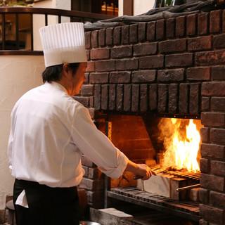 竈で焼く炭火焼の料理