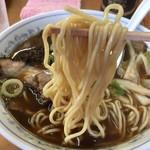 ラーメン専門店 まるたや - 麺は『まるたや』だけ独特。低加水の中太ストレート麺。富山ではあまり見ない麺。 麺自体は美味しい。が、そうとうぼやけた味無しスープとは絡みたくても絡めない。 どう説明すれば良いものやら。