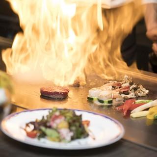 ディナータイムは絶品鉄板料理を目の前で調理