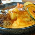 炭焼きハンバーグ 牛吉 - チーズがハンバーグの半分を覆って