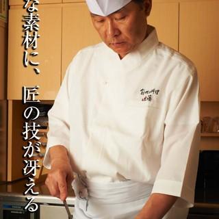 カウンター席では料理人近藤が自ら腕を振るいます