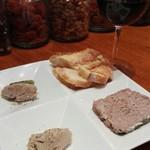 CAVO - 肉の盛り合わせ。ポークリェット、レバーパテ、パテ・ド・カンパーニュ。及びおすすめカベルネ・ソーヴィニヨン