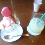 喫茶うえのだん - マカロンパフェフランボワーズと葉取らずりんごジュース