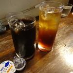 テーブルファン - アイスコーヒーとアイスティー(各400円)