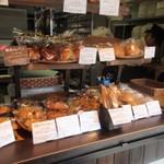 パン工房 Nohmi - 住宅街の中にあるお店に入って見ると管理栄養士さん等と協同し厳選した素材を使用し焼き上げられたパンがたくさん並んでました。