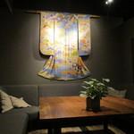 銀座2丁目ミタスカフェ - 着物で壁面演出
