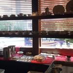宮越屋珈琲 - 2階カウンター席。コーヒーカップが飾られる向こうに、車の行き交う交差点
