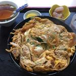 勝山協食 - 500円で、漬物と小鉢、中華スープがついてました。サービス精神旺盛なお店。