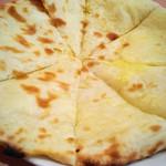 プージャ - チーズナン。大きいです。
