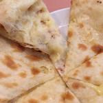 プージャ - チーズナンの中身。チーズの量は控えめ(場所によりけり)