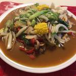 69798903 - 野菜カレー(900円税込)は14種の野菜です。