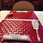 69798929 - テーブルも独特の雰囲気です。