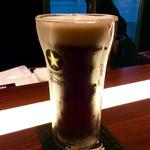 69799168 - ビールとおつまみとお土産用グラスのセットで500円。試飲のグラスの方は二重構造で保冷効果があるようだ。ちゃんと冷蔵庫で予め冷やしていた。