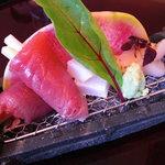 日本料理 対い鶴 - 造里:鰹野菜包み、焼き帆立、甲烏賊。