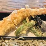 69804684 - 天ぷらは特大車海老、茄子、獅子唐が2つ                       薄衣でカラリと揚がってます。