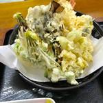 歩 - 地元の山菜を使った天ぷら【料理】