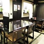 たんや善治郎 - 入店して すぐの処に テーブル席があります。