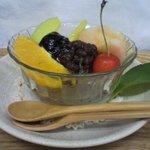 Cafe EAGA - 甘さを抑えたあずきと寒天にフルーツがのっていておいしい!