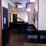 Cafe EAGA - 2階にピアノがあってミニコンサートが出来る