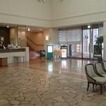 ル・ベール アスト店 - ホテルのフロントの右が入り口
