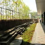 茶洒 金田中 - 苔庭に面するオープンカフェのファサード