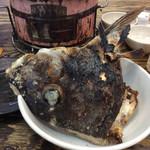 尾毛多セコ代 - 「鯛の塩焼き」(400円)。とんちゃんを食べ終わる頃に『時間がかかるもので、ずっと焼いていました』というスタッフの言い訳と共に配膳。想像していたイメージとはかなり違った。「鯛のカマ焼き」が正解でしょ?