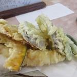 なか田 - 天ぷらはエビや季節の野菜の盛り合わせの天ぷら、勿論揚げたての天ぷらです。