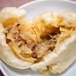 吉林菜館 - 豚まん(餡を湯葉で巻いてスープが漏れないようにしている)