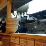 つけ麺処 三ッ葉亭 - 厨房の空気。