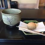 69840780 - お抹茶と生菓子(わらびもち)