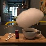 Alpha foods&drink - テーブルに置かれた、雲下ドリンク(わたあめ)。