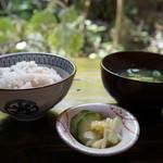 ごはんや楓屋 - 十穀玄米、みそ汁、お漬物のセット(2017.7.10)