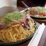 あかおに - 料理写真:お好み焼きはカウンター席もテーブル席も全て鉄板皿で供されます。