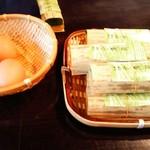 69855068 - テーブルにあるはや寿司と茹で玉子