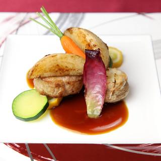 新鮮な県産食材を使ったシェフが作りだす美しいお料理♪
