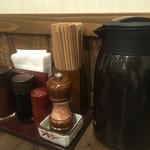 牛かつ もと村 - ポットには冷たいお茶が入っています