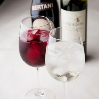 お肉との相性も抜群のワインは飲み放題のご用意もございます。