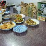 とん平 - カウンターに並ぶ料理の数々