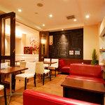 イタリアントマト鍋とオーガニックワインの店 COCOKARA - 真ん中のパーテーションは開閉式。8~12名様の貸し切りも可能です。