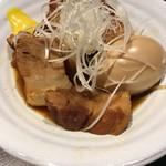初かすみ酒房 - 半熟玉子と豚の角煮