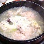 ママキムチ - 参鶏湯 煮えたぎっているところ 900円