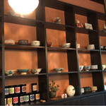 茶楽 かぐや - カウンター席前の壁棚
