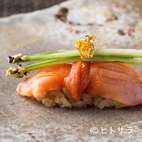 弘寿司 - 江戸前握りの定番だが、あしらいが独創的な『赤貝の握り』